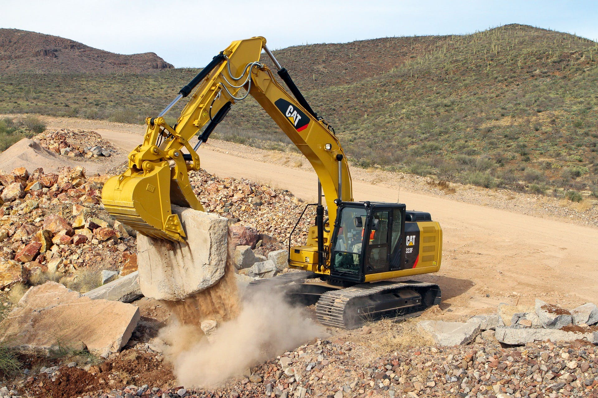 Excavator with double-action hydraulic cylinders